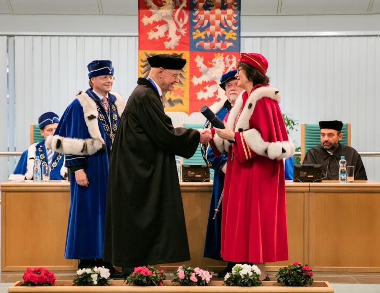 Odešel holandský sociolog, autor teorie kulturních dimenzí a držitel čestného doktorátu VŠE Geert Hofstede
