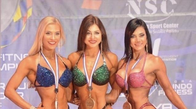Magdaléna Fejfarová (uprostřed) je mistryní světa juniorů v Bikini Fittness